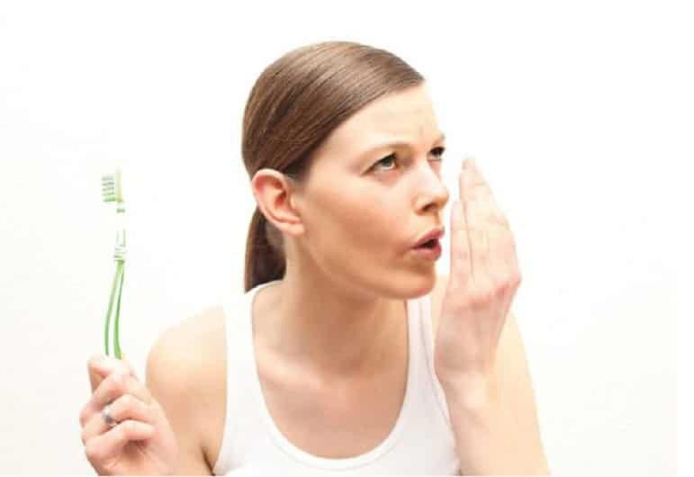 Bọc răng sứ thẩm mỹ gây hôi miệng nếu bọc sai cách