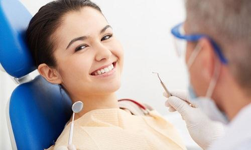 Bọc răng sứ răng cửa bị thưa: Nên chọn loại răng nào?